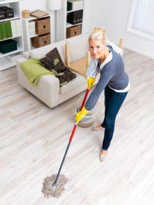 Huishoudelijk hulp aan het dweilen