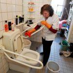 Thuis hulp maakt toilet schoon
